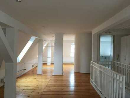 Renovierte, repräsentative DG-Maisonette-Bürofläche in denkmalgeschütztem Gebäude!