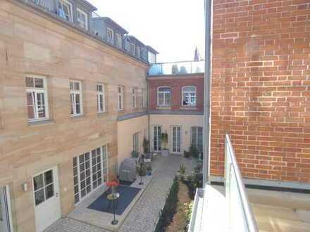 Stilvolle, geräumige und neuwertige 2-Zimmer-Wohnung mit Balkon und Einbauküche in Fürth
