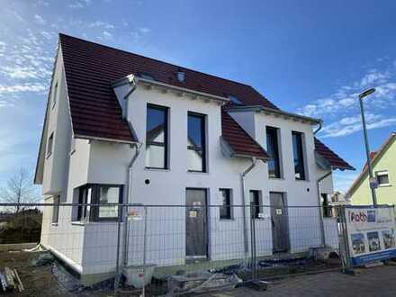 Attraktive Doppelhaushälfte (Neubau, linke Hälfte, optimale Verkehrsanbindung, hochw. Ausstattung