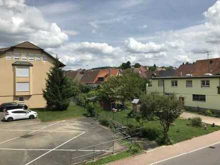 Großzügige 4-Zimmer-Wohnung m. Balkon u. Garage in Niefern-Öschelbronn, Gartenstr. 11