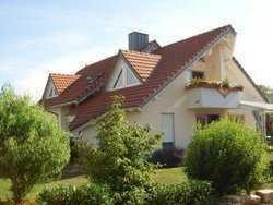 Attraktive DG-Wohnung mit vier Zimmern sowie Balkon und Einbauküche in Hilzingen OT Schlatt a. R.