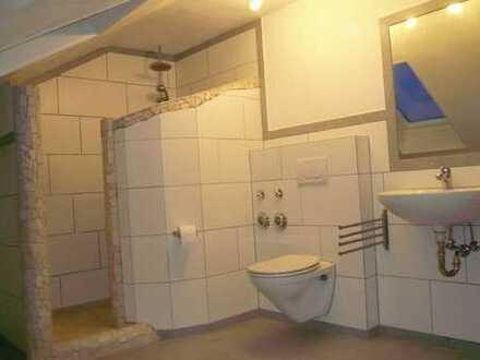 Gepflegte DG-Wohnung mit Traumdusche und Einbauküche in Pleisweiler-Oberhofen