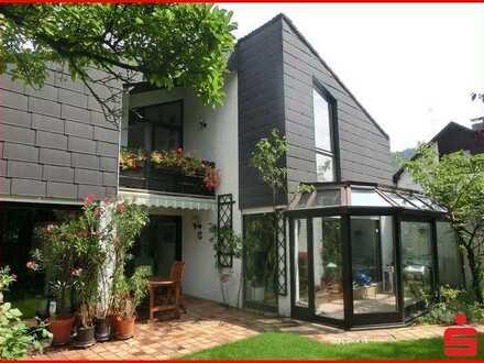 Freistehendes Einfamilienhaus mit Schwimmhalle in Seeheim