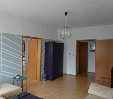 Helle Altbau-Wohnung mit Balkon und Einbauküche