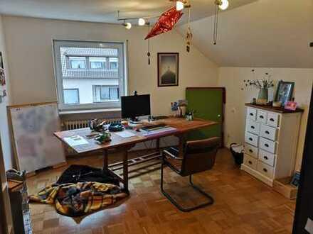 Vollständig renovierte 3-Zimmer-DG-Wohnung mit Balkon und Einbauküche in Eichstätt Stadt