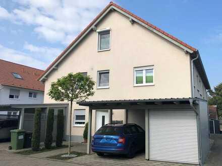 Moderne Eigentumswohnung (OG+ DG) mit großem Balkon und Carport in ruhiger Wohnlage