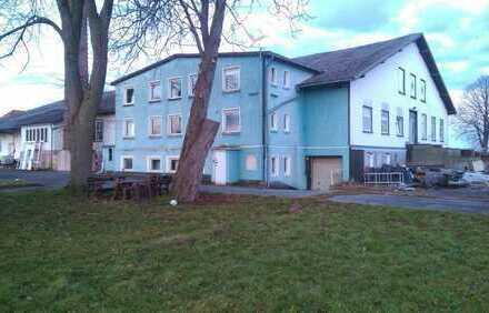 Lager Industriefläche mit 3 Familienhaus