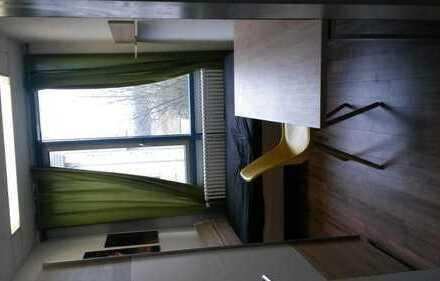 Möbliertes 10qm Zimmer in 100qm 3er-WG