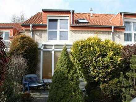 Ein Wintergartenhaus im Grünen mit fünf Zimmern westlich von Köln
