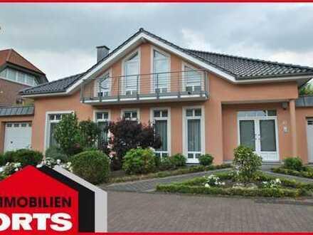 ORTS***Freistehendes Designer-Einfamilienhaus mit 2 Garagen, offenem Kamin, Sauna & hochwertiger EBK