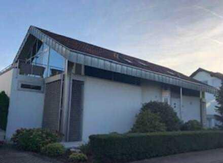 In Frankfurt: Helle Studio-Wohnung mit zwei Zimmern und Balkon