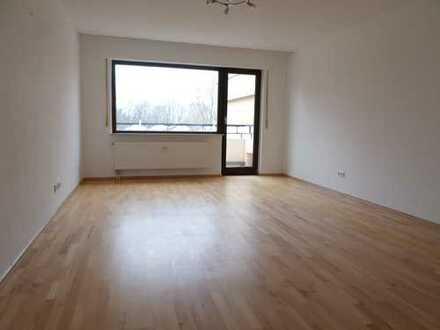 Modernisierte 4-Raum-Wohnung mit Balkon und Einbauküche in Sankt Augustin