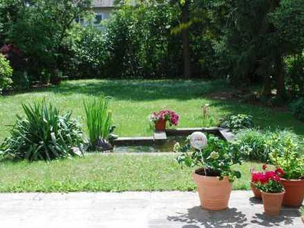 Individuelles Einfamilienhaus mit sehr großem und idyllischen Garten in bester Lage am Satdtwald!