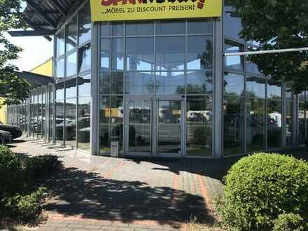 Moderne Ausstellungs-, Lager- und Produktionsfläche mit großzügigen Büroräumen
