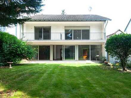 Schönes Einfamilienhaus mit großem Garten und Garage