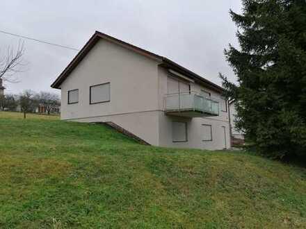 Gepflegte 4,5-Zimmer-Erdgeschosswohnung mit Balkon und Einbauküche in Obersontheim