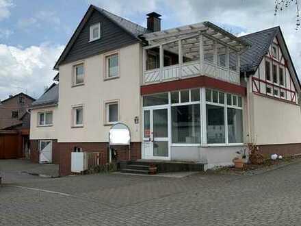 Zwei getrennte Wohnhäuser mit hohem Erholungswert sowie Nebengebäuden zur gewerblichen Nutzung