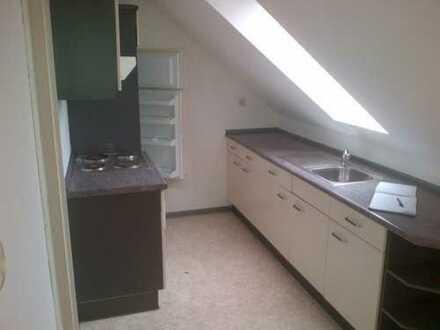 schöne 2-Zimmer-Dachgeschoß-Wohnung mit moderner EBK, begehbarem Kleiderschrank und Pkw-Stellplatz