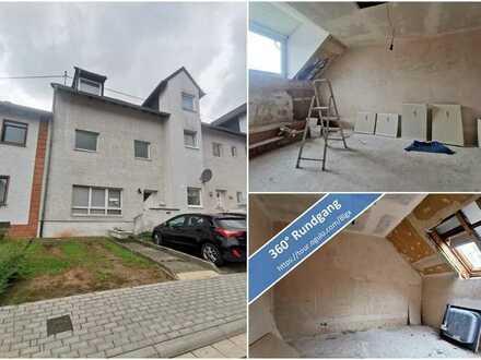 Sanierungsbedürftige Dachgeschosswohnung mit 3 Zimmern im Rohbauzustand