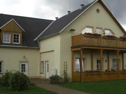 Gepflegte 2,5-Zimmer-Wohnung mit separatem Hauseingang, Balkon und Garage in Pockau