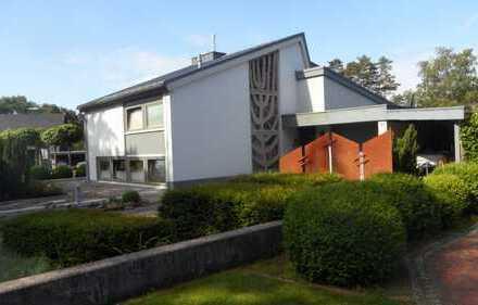 RUDNICK bietet AUßERGEWÖHNLICH: Split-Level Einfamilienhaus mit wunderschöner Gartenanlage