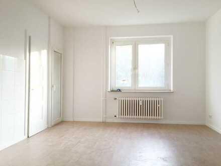 Im Erdgeschoss: 2-Zimmer-Altbauwohnung mit Wohnküche, Laminat und Tageslichtbad!