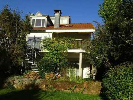 Freistehendes Einfamilienhaus mit Einliegerwohnung und Garten
