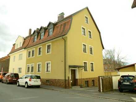 Sanierte Wohnung mit dreieinhalb Zimmern sowie Balkon und EBK in Amberg