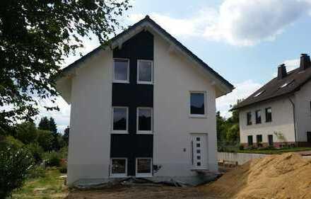 Erstbezug: 2 Attraktive 3-Zimmer-Wohnungen mit Balkon in Rösrath, EG 95qm (1045 €), DG 84qm (920 €)