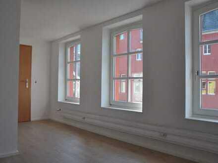 Helle und frisch renovierte 2 Zi.- Single-Wohnung