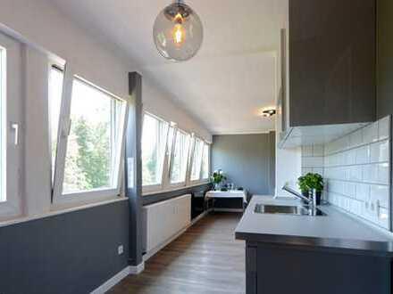 Kernsanierte, exklusive 2-Zimmer-DG-Wohnung in Stilaltbauvilla mit Blick ins Grüne