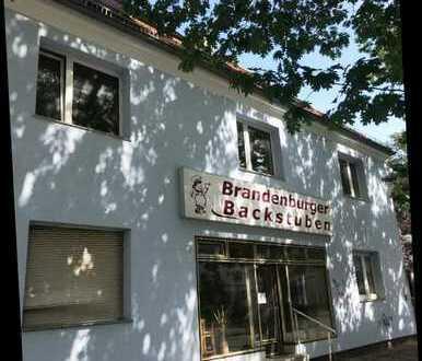 Solides Wohn- und Geschäftshaus mit Nebengebäuden und Garagen