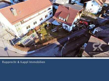 Sonnendurchflutetes Einfamilienhaus mit überdachter Terrasse und großem Garten in Wiesau