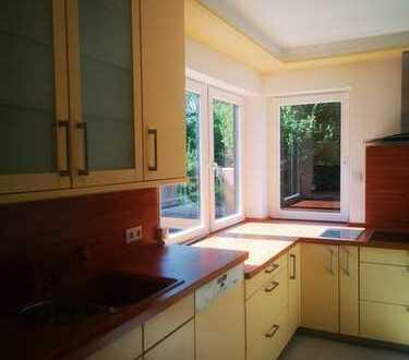 **Wunderschöne, modernisierte 3-Zi. -EG- Whg. mit Carport, EBK und 60 m² Terrasse in Oberpleis**