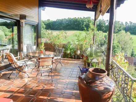 Naturnah wohnen: Großzügiges Wohnhaus mit bezaubernden Außenanlagen und traumhafter Fernsicht