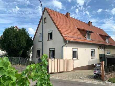Gepflegte Doppelhaushälfte in ruhiger Ortsrandlage mit Blick auf Weinberge - Renovierungsbedürftig