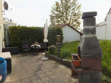 Terrassenwohnung mit Gartenanteil: 3-Zimmer-Wohnung mit Tageslichtbad und Pkw-Stellplatz