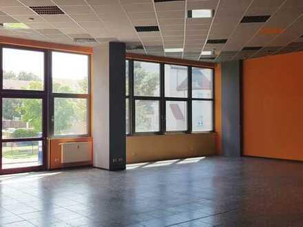 Bis zu 1.200 m² flexibel anpassbare Gewerbeflächen in gut sichtbarem Geschäftshaus mit Fensterfront