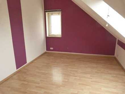 Gepflegte 3,5-Zimmer-DG-Wohnung mit EBK in Bochum.