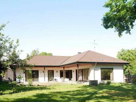 Ein Liebhaberstück: Haus mit ELW, großem Grundstück, Doppelgarage und Schuppen