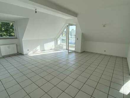 Schöne helle 2 Zimmer Dachgeschoss-Wohnung mit Wintergarten