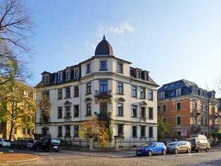 Barbarossaplatz: Altbaucharme mit Balkon + EBK mgl.*