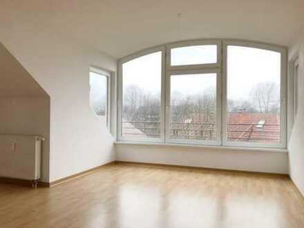 Gartenstadt Mühlenhof - helle Dachgeschosswohnung mit großer Fensterfront im Wohnzimmer