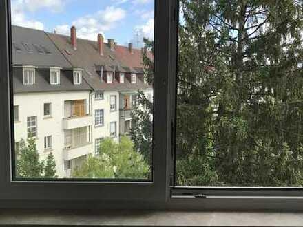 Karlsruhe Südweststadt:Vollständig renovierte 2-Zimmer-Dachgeschosswohnung ab sofort