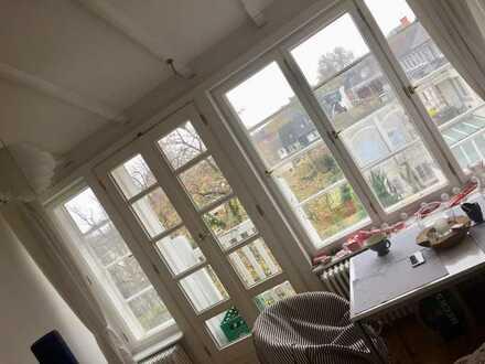 Schönes Zimmer in Altbauwohnung in perfekter Lage