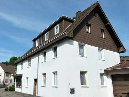 Zwei Doppelhaushälften, eine Gewerbeeinheit und viel Stellplätze-was will man mehr?