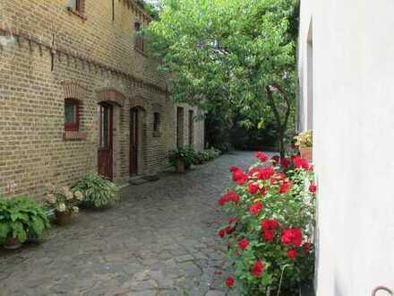 Auf Künstlerhof gelegene Doppelhaushälfte in restaurierter ehemaliger Remise