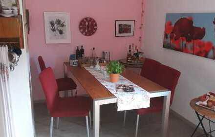 Stilvolle, gepflegte 2-Zimmer-Hochparterre-Wohnung mit Balkon und Einbauküche in Fürstenfeldbruck
