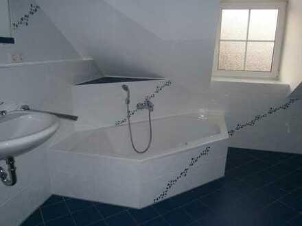 Exklusive, gepflegte 3,5-Zimmer-DG-Wohnung mit Balkon und Einbauküche in Haimhausen