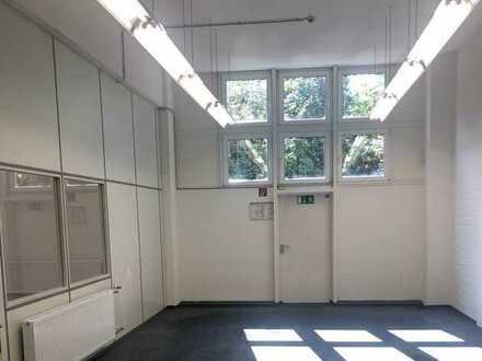 Moderne Lagerhalle mit separatem Bürobereich von privat zu vermieten